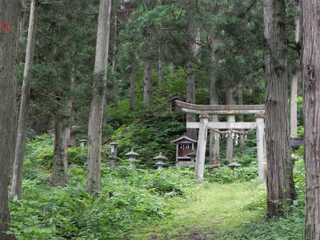 湯野沢熊野神社参道.jpg